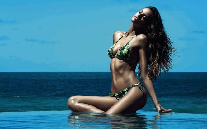 Izabel Goulart khoe đường cong body tuyệt mỹ với bikini siêu tí hon - Hình 3