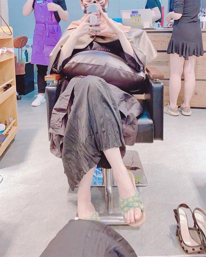 Hari Won gửi tặng dép bệt đắt đỏ tới cả mẹ chồng và mẹ đẻ - Hình 6