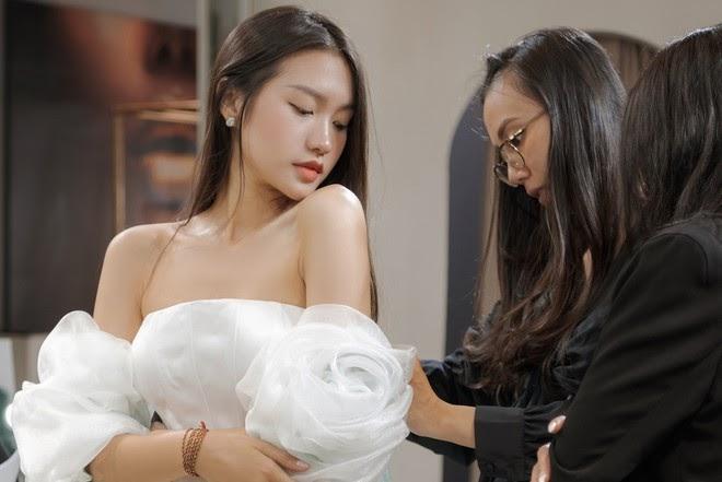 Lộ ảnh Doãn Hải My đi thử váy cưới cùng mẹ, sau khi Đoàn Văn Hậu ghé thăm nhà - Hình 1