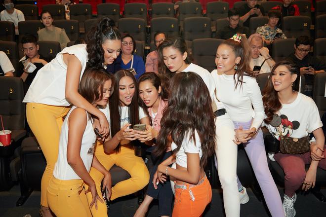 9 thí sinh Hoa hậu, Á hậu hoá SNSD trong buổi công chiếu show thực tế Vietnam Why Not - Hình 4