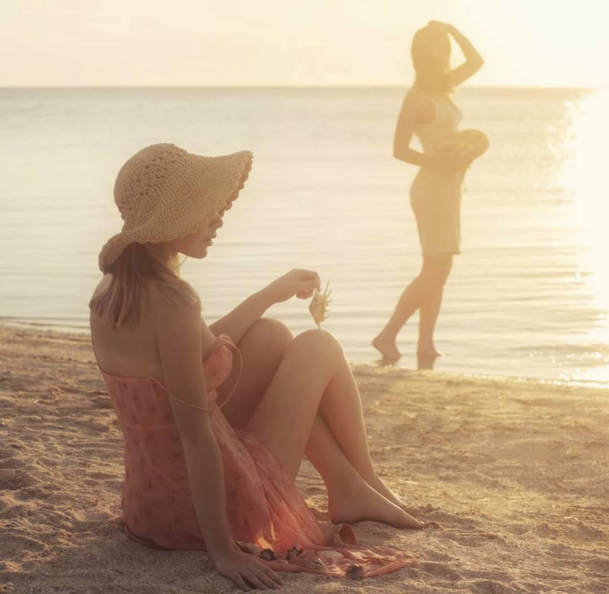2 thiếu nữ thả vòng 1 bên bờ biển gây thương nhớ trong bộ ảnh Người đi nhặt vỏ sò - Hình 1
