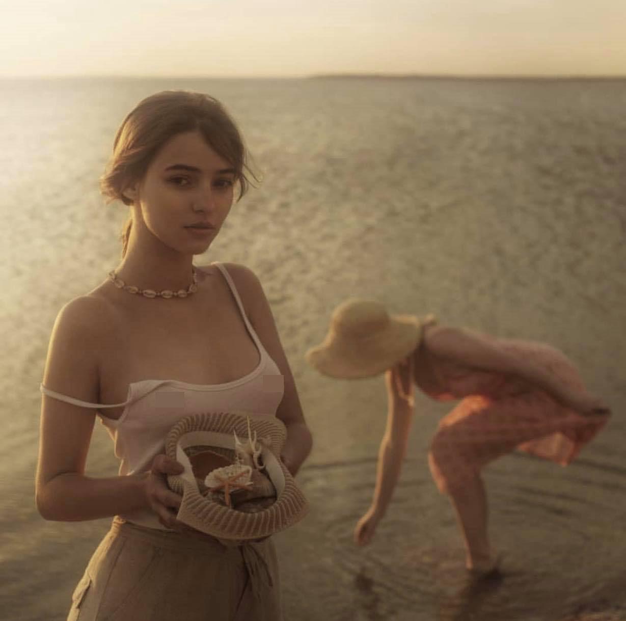 2 thiếu nữ thả vòng 1 bên bờ biển gây thương nhớ trong bộ ảnh Người đi nhặt vỏ sò - Hình 4