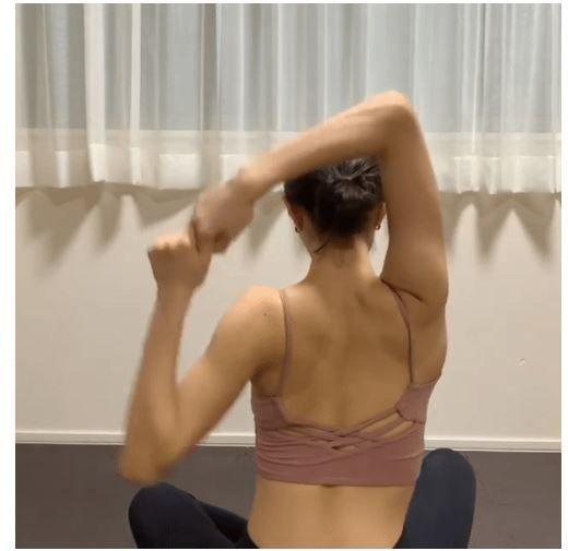 Bài tập giảm mỡ lưng và bắp tay, tạo hình xương cánh bướm cực dễ - Hình 2