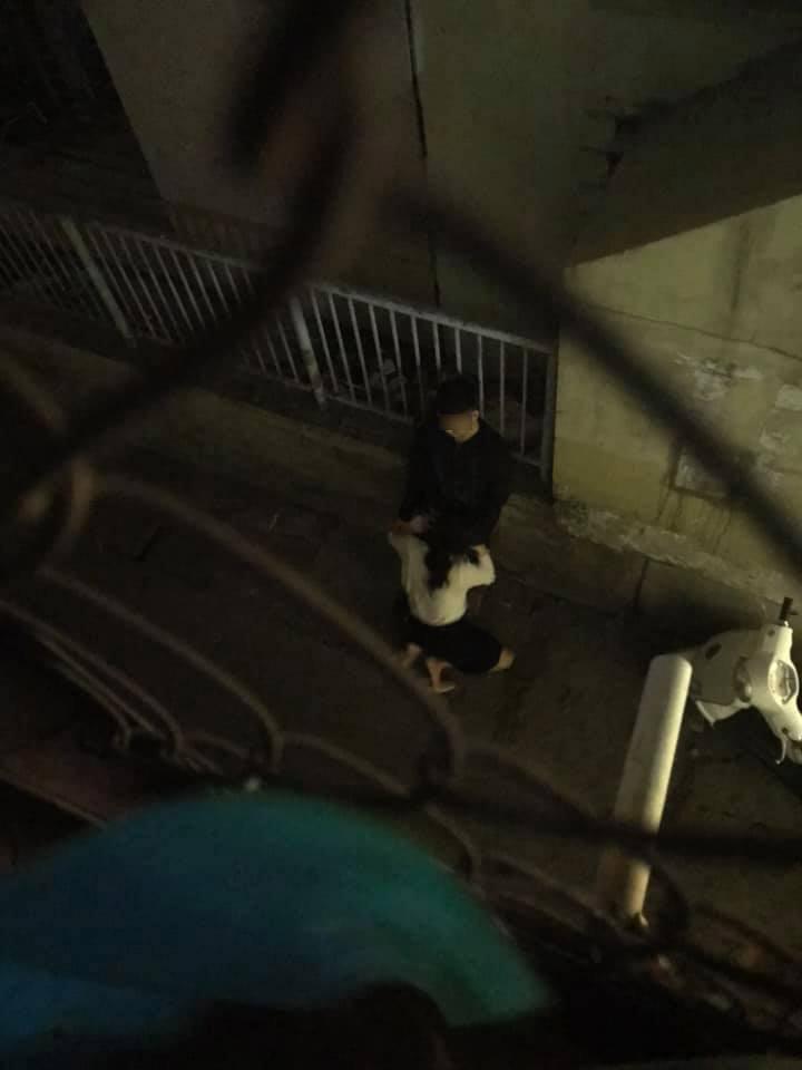 Loạt ảnh cô gái nhiệt tình sửa khóa quần cho bạn trai ngay ngoài đường khiến ai nhìn cũng đỏ mặt - Hình 2