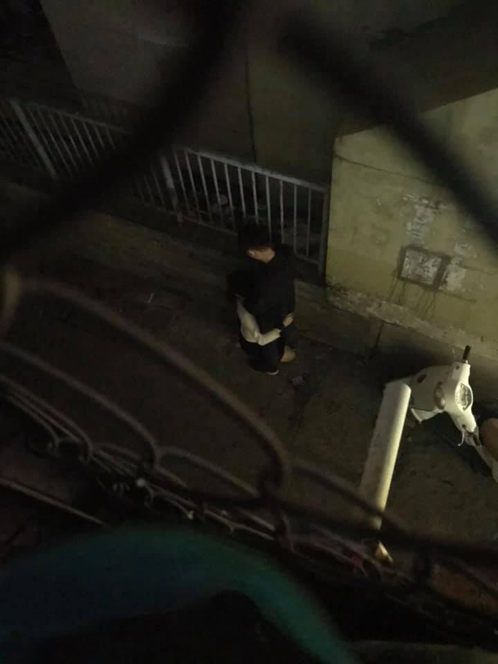 Loạt ảnh cô gái nhiệt tình sửa khóa quần cho bạn trai ngay ngoài đường khiến ai nhìn cũng đỏ mặt - Hình 3