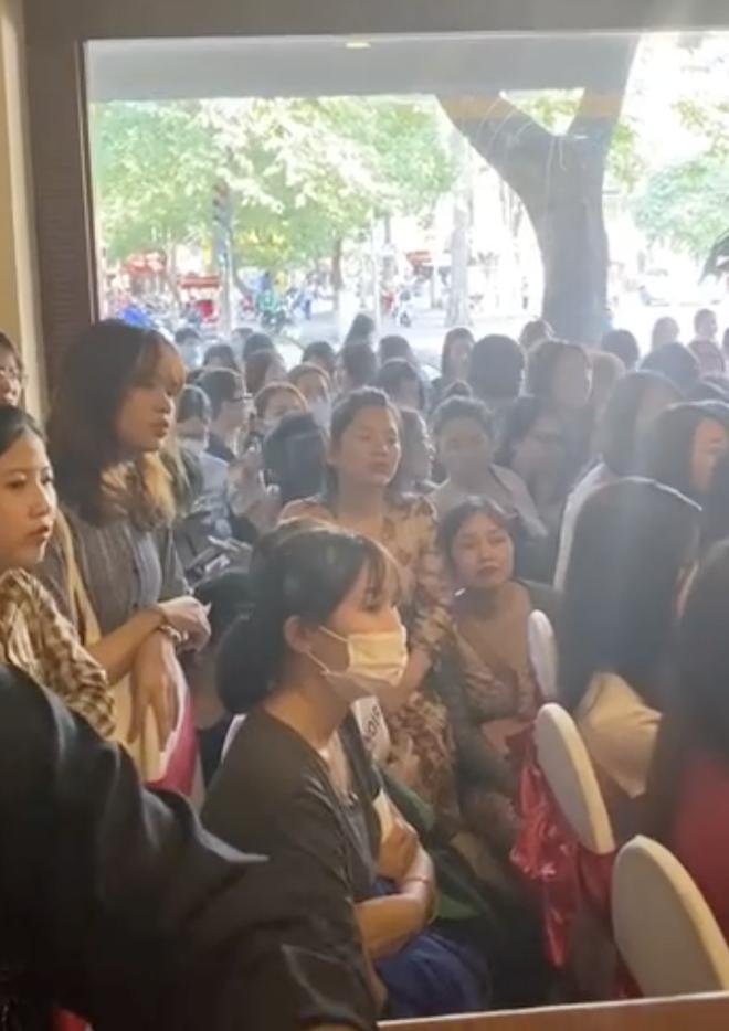 Hot nhất TikTok hôm nay là buổi trà chiều hơn 100 cô gái tham gia, ai cũng diện đầm quý tộc học lễ nghi hoàng gia - Hình 3