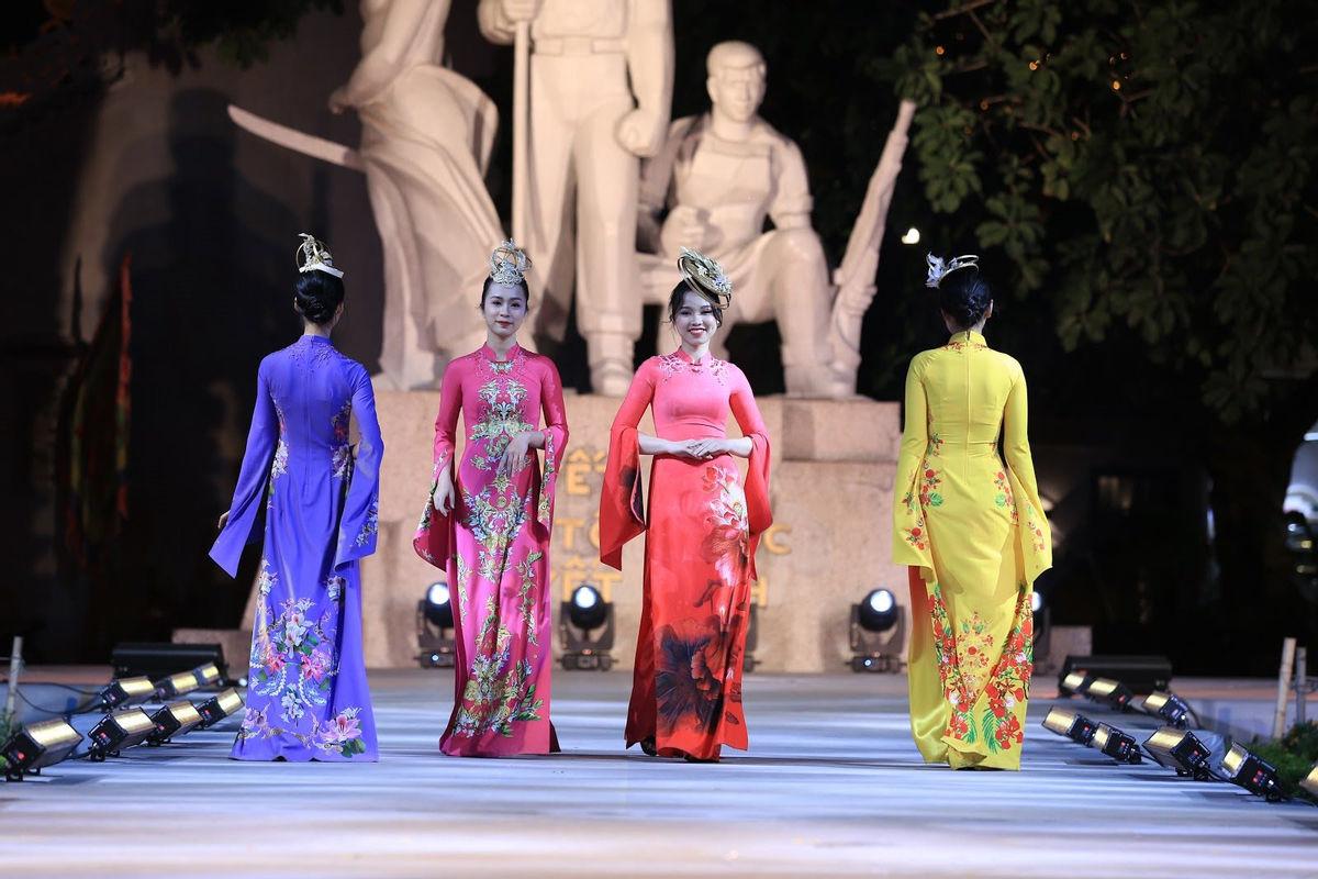 Siêu mẫu 10 nước Asean khoe sắc với Bst áo dài 12 mùa hoa của Áo dài Sen Vàng - Hình 7