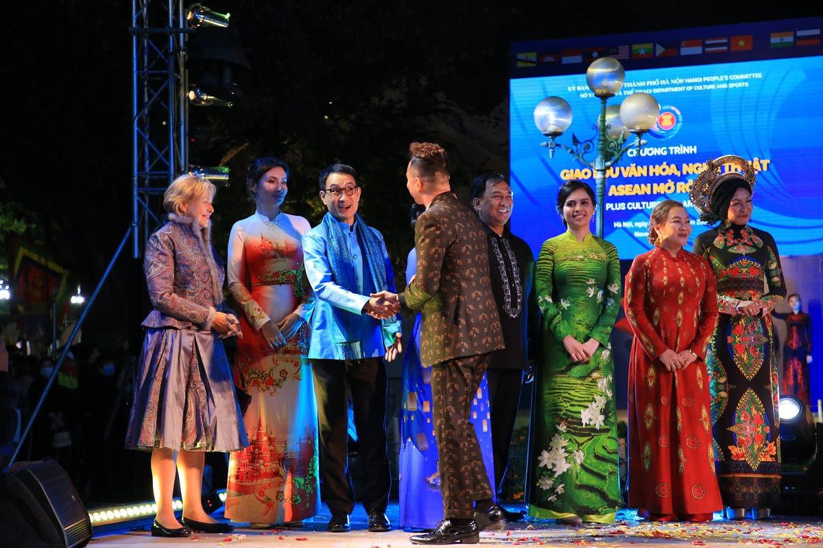 Siêu mẫu 10 nước Asean khoe sắc với Bst áo dài 12 mùa hoa của Áo dài Sen Vàng - Hình 5