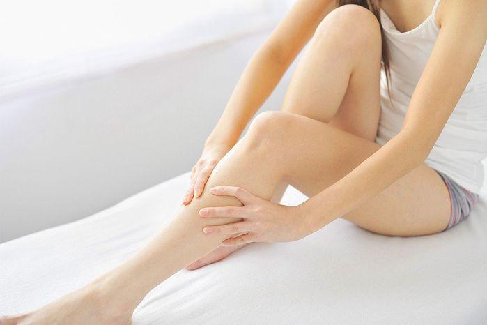 Áp dụng bài tập đơn giản ngay trên giường mỗi tối giúp thu nhỏ bắp đùi - Hình 1