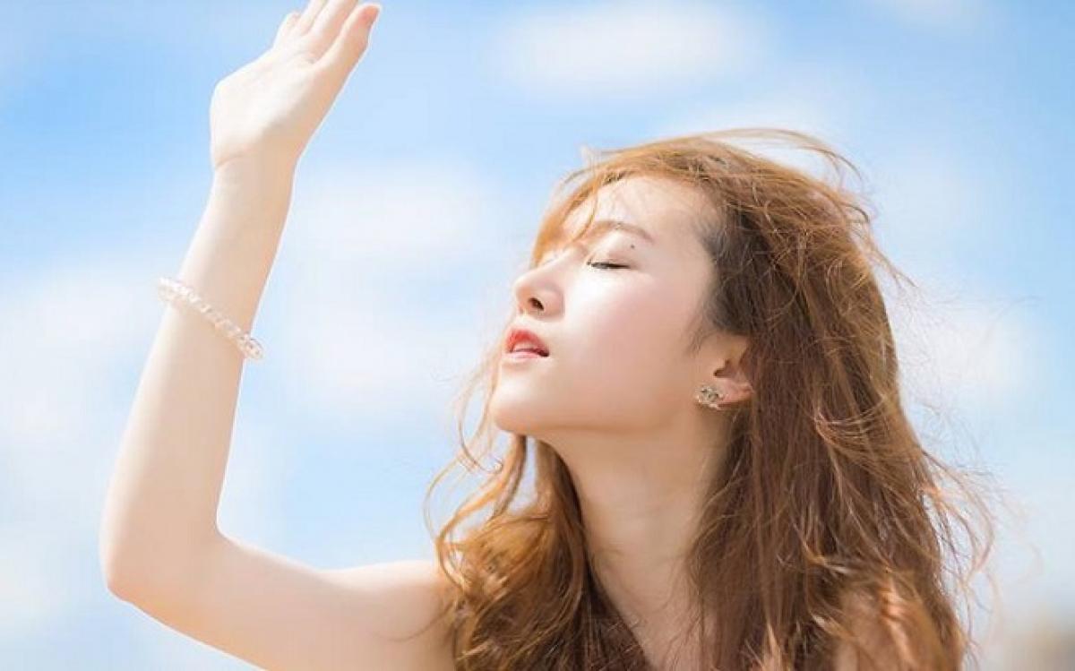 Những thói quen hàng ngày đang phá hủy mái tóc của bạn - Hình 2