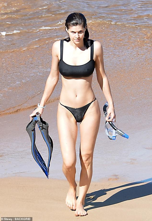 Minh tinh nóng bỏng Alexandra Daddario đốt mắt người nhìn ở biển - Hình 3