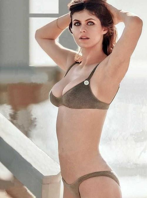 Minh tinh nóng bỏng Alexandra Daddario đốt mắt người nhìn ở biển - Hình 7