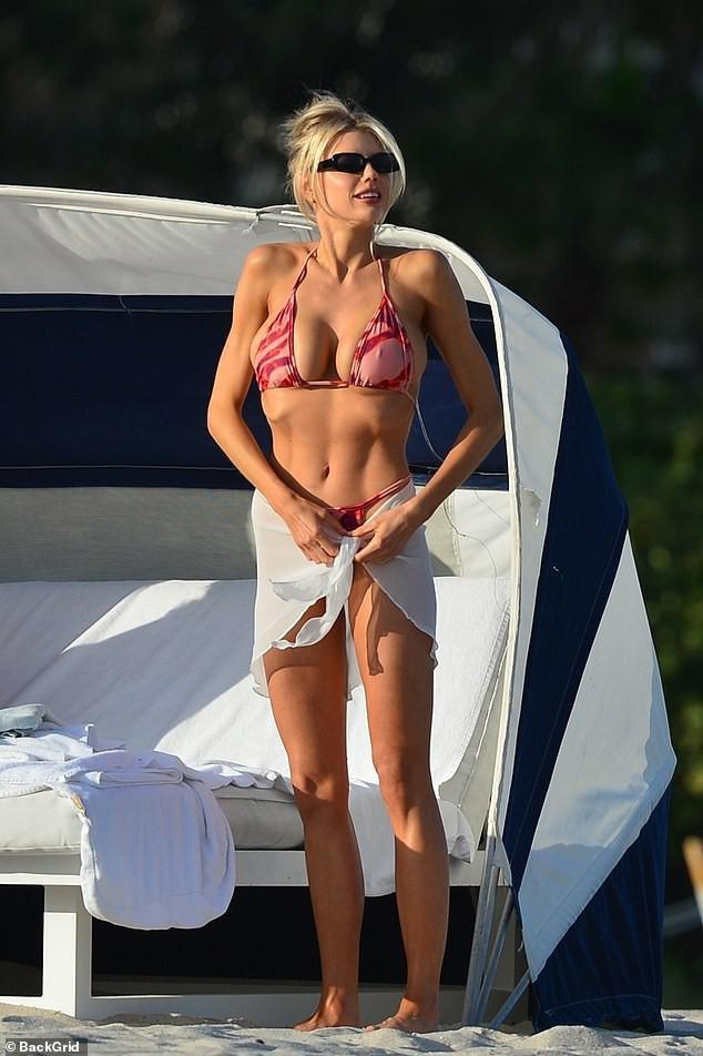Chân dài 9x Charlotte McKinne cực nóng bỏng ở biển - Hình 1