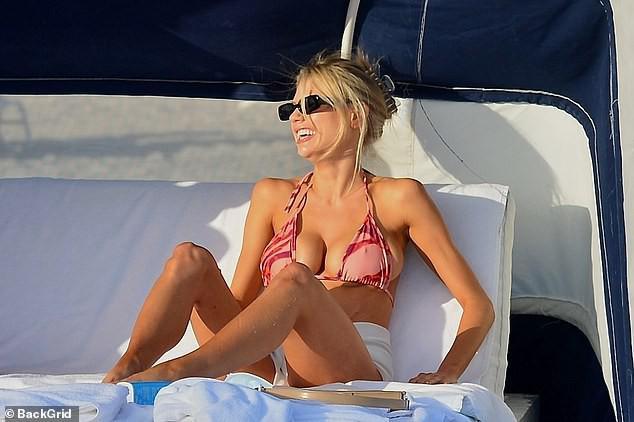 Chân dài 9x Charlotte McKinne cực nóng bỏng ở biển - Hình 5