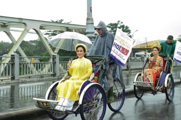 Thùy Trang và Đinh Y Nhung đội Khánh vàng, làm Vedette trong Ngày hội Áo dài Huế - Hình 19