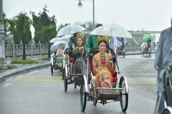 Thùy Trang và Đinh Y Nhung đội Khánh vàng, làm Vedette trong Ngày hội Áo dài Huế - Hình 22