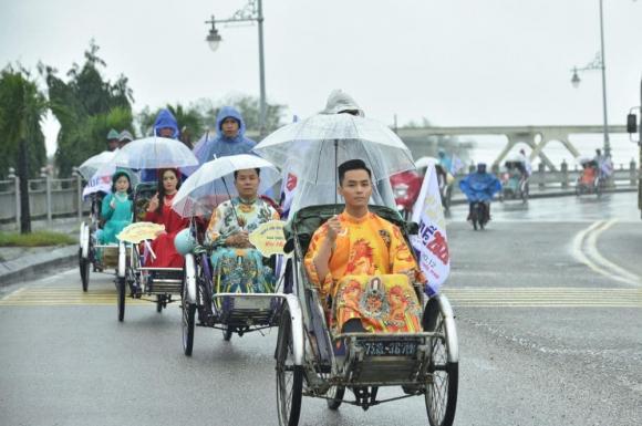 Thùy Trang và Đinh Y Nhung đội Khánh vàng, làm Vedette trong Ngày hội Áo dài Huế - Hình 21
