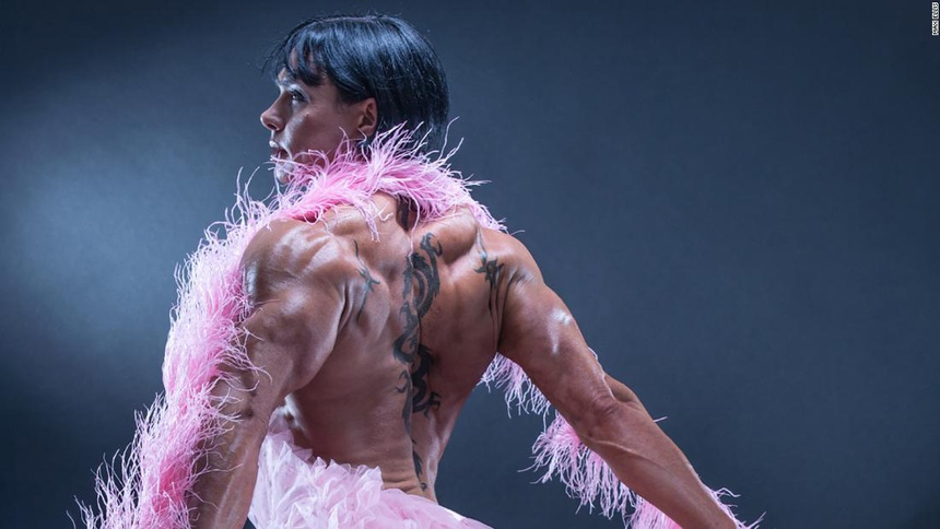 Người phụ nữ được so sánh với cỗ máy cơ bắp - Hình 3
