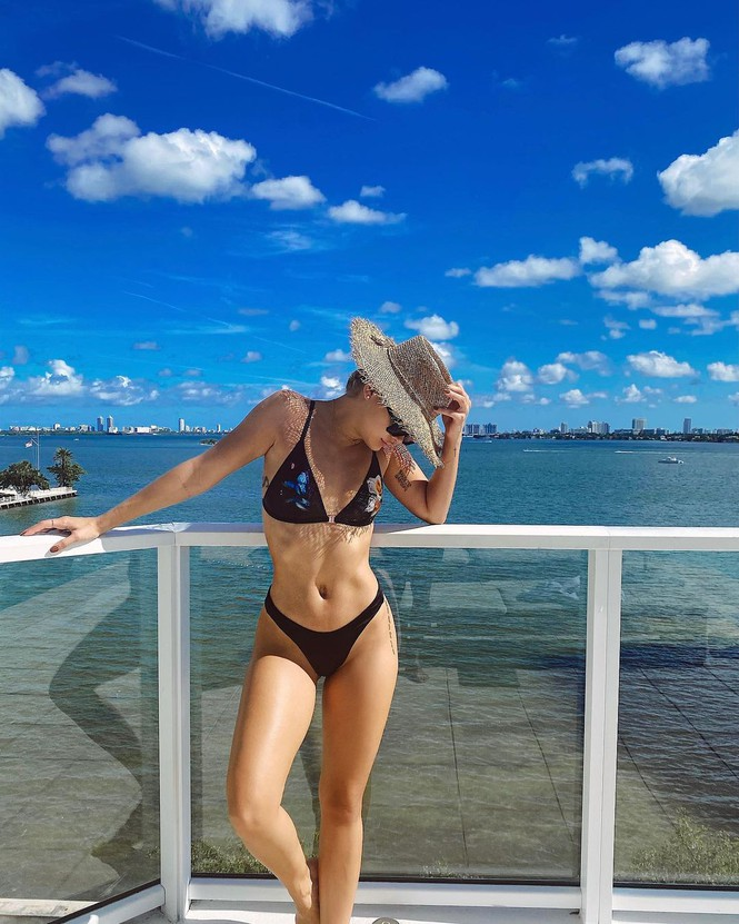 Mỹ nhân áo tắm Jasmine Sanders thả dáng tròn đầy ở Miami - Hình 2
