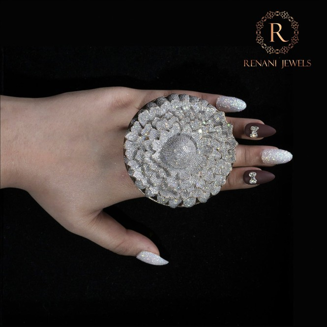 Ngắm chiếc nhẫn Cúc vạn thọ lập kỉ lục thế giới với 12.600 viên kim cương - Hình 6