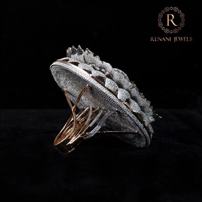 Ngắm chiếc nhẫn Cúc vạn thọ lập kỉ lục thế giới với 12.600 viên kim cương - Hình 3