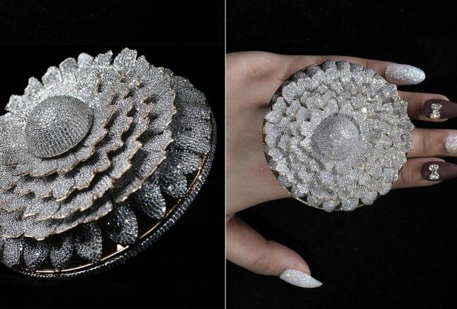 Ngắm chiếc nhẫn Cúc vạn thọ lập kỉ lục thế giới với 12.600 viên kim cương - Hình 1