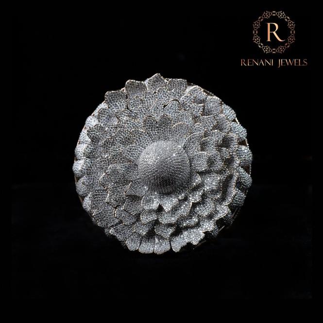 Ngắm chiếc nhẫn Cúc vạn thọ lập kỉ lục thế giới với 12.600 viên kim cương - Hình 4