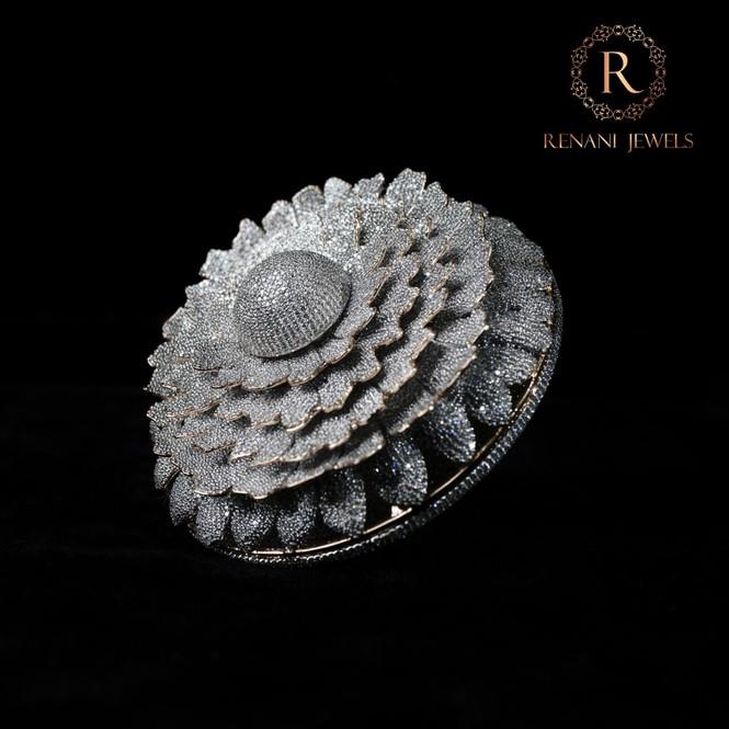Ngắm chiếc nhẫn Cúc vạn thọ lập kỉ lục thế giới với 12.600 viên kim cương - Hình 2