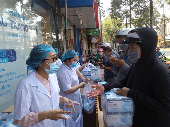 TP.HCM: Sức mua sản phẩm chống dịch COVID-19 tăng - Hình 1