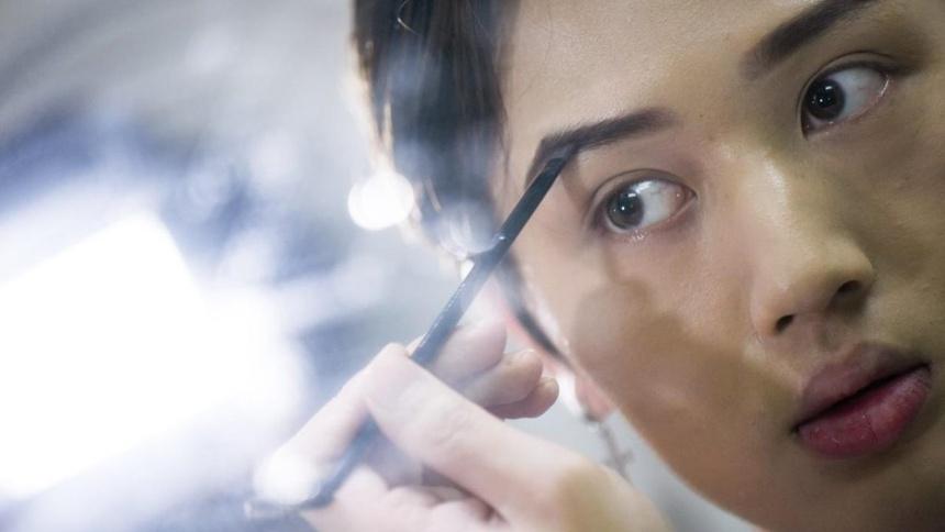 Đàn ông Trung Quốc kẻ mắt, tô son ngày càng nhiều - Hình 1