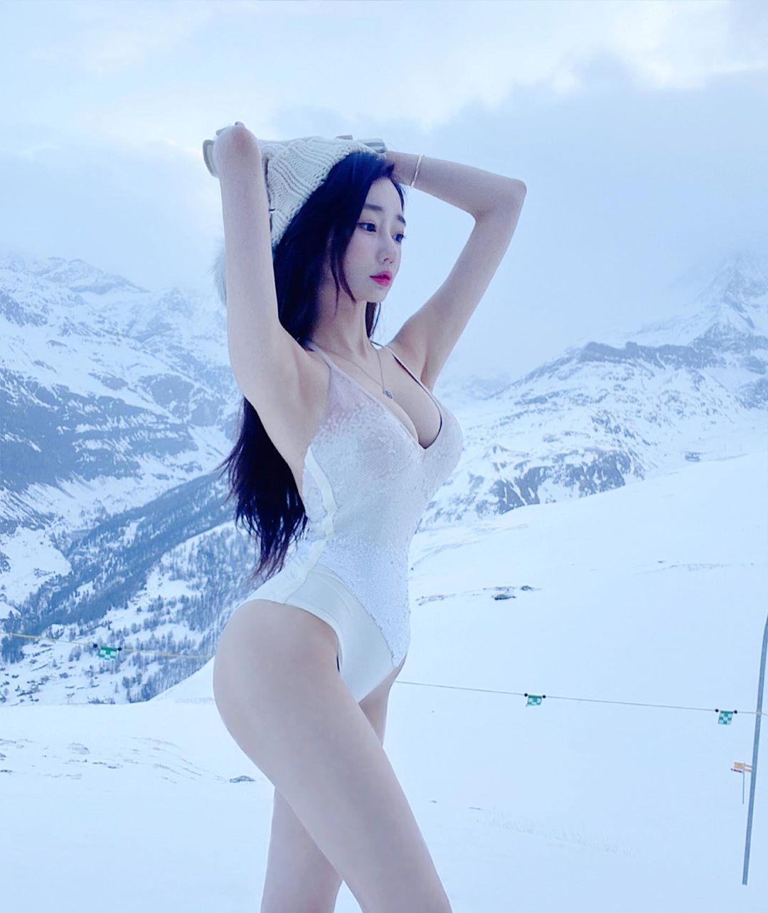 Cô gái triệu fan xứ Hàn táo bạo cởi đồ khoe dáng giữa trời tuyết - Hình 1