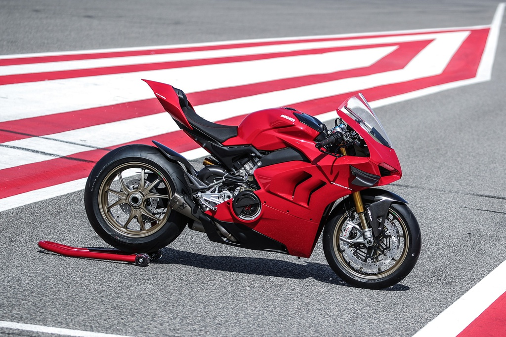 Ducati ra mắt V4 S Performance với cánh gió carbon - Hình 1