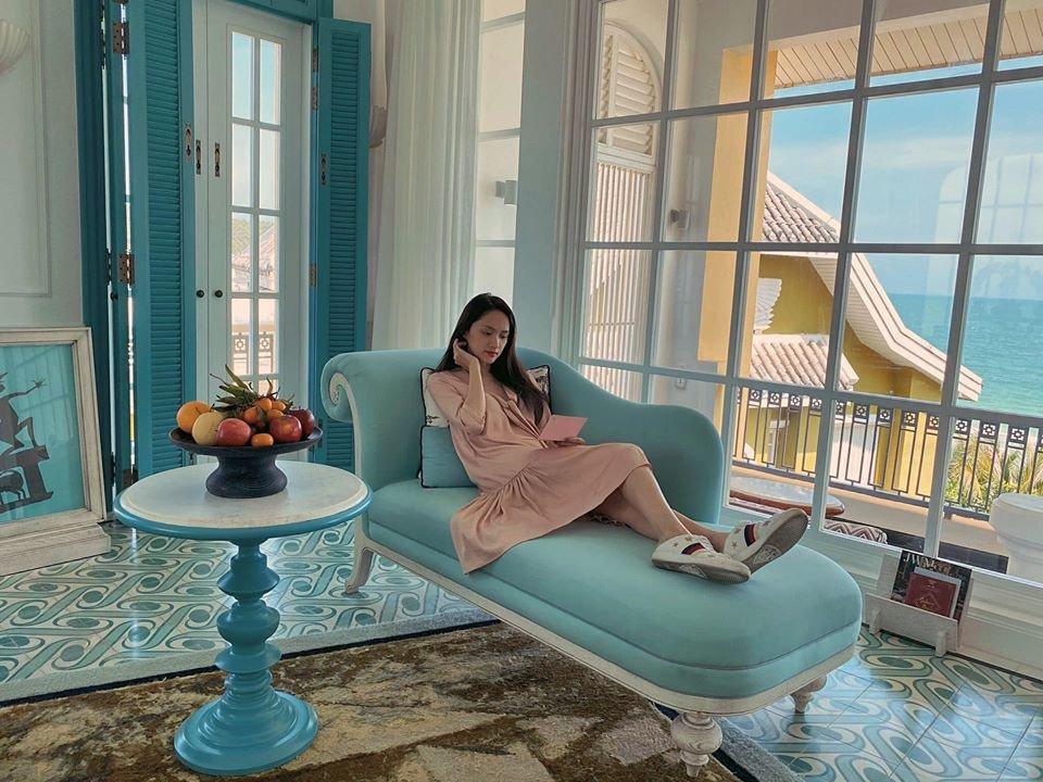 Diện váy ngủ đi biển với hội chị em, Hương Giang vẫn đẹp bất chấp - Hình 5