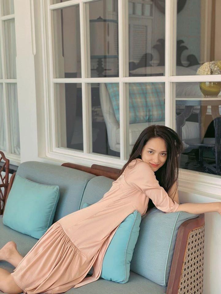 Diện váy ngủ đi biển với hội chị em, Hương Giang vẫn đẹp bất chấp - Hình 8