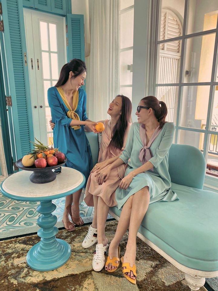 Diện váy ngủ đi biển với hội chị em, Hương Giang vẫn đẹp bất chấp - Hình 2
