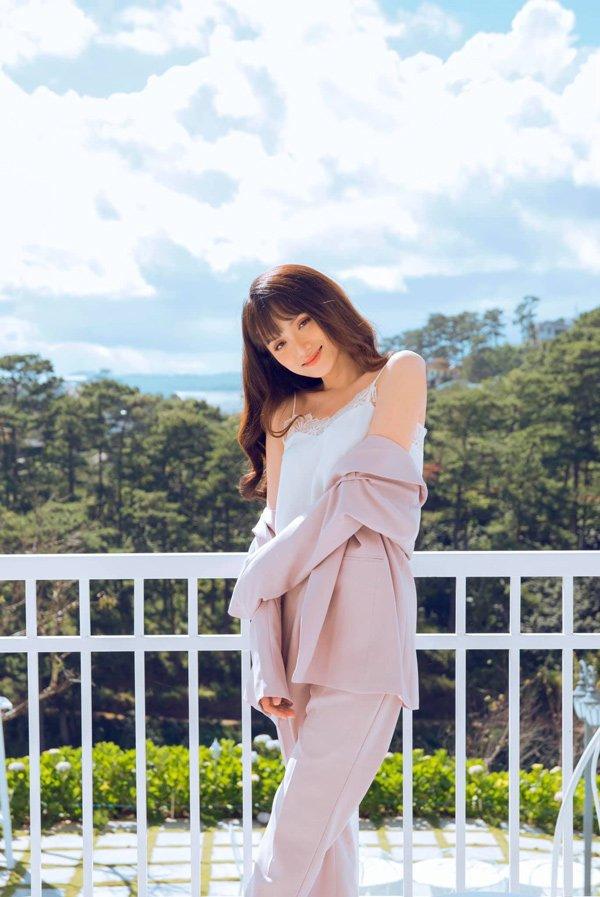 Diện váy ngủ đi biển với hội chị em, Hương Giang vẫn đẹp bất chấp - Hình 10