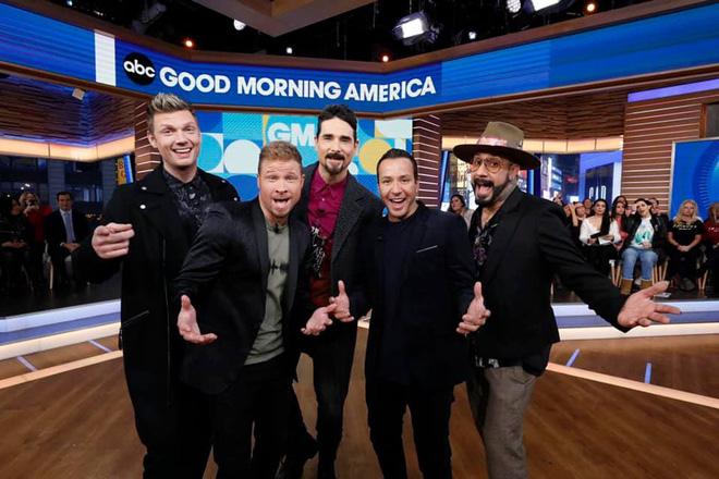 Tái xuất trên truyền hình, nhóm nhạc huyền thoại Backstreet Boys còn giúp 2 fan cầu hôn thành công - Hình 1