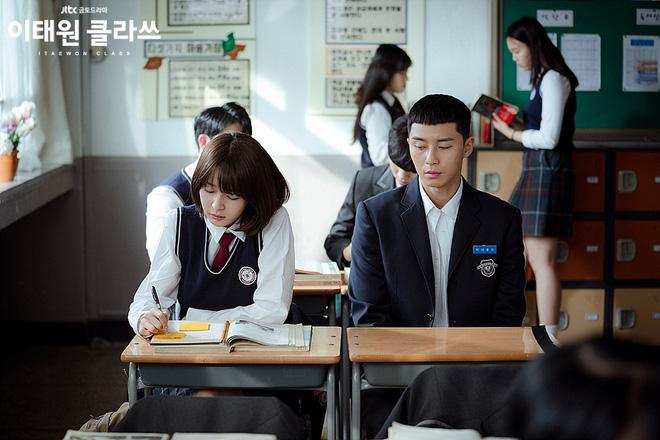 Điên máu với tình đầu vô liêm sỉ của Park Seo Joon ở Tầng Lớp Itaewon: Ăn cháo đá luôn người nấu, làm việc xấu xong còn giả ngơ? - Hình 2