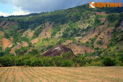 Giải mã những bí ẩn liên quan đến tảng đá nguyên khối khổng lồ nhất Việt Nam - Hình 1