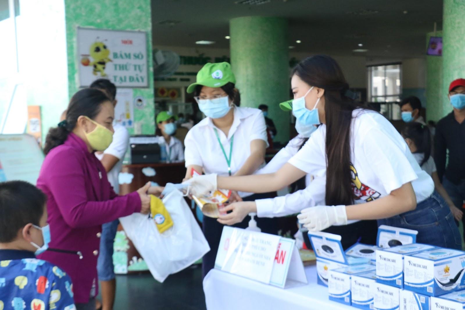 Sau giải cứu dưa hấu, Á hậu Kim Duyên đứng phát khẩu trang y tế tại bệnh viện Cần Thơ - Hình 3