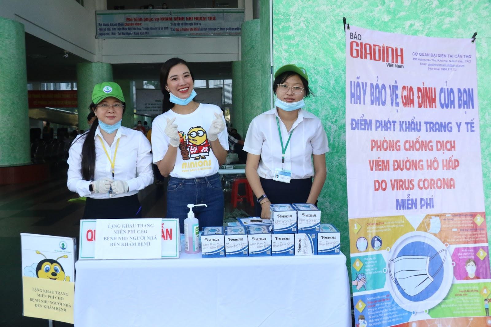 Sau giải cứu dưa hấu, Á hậu Kim Duyên đứng phát khẩu trang y tế tại bệnh viện Cần Thơ - Hình 1