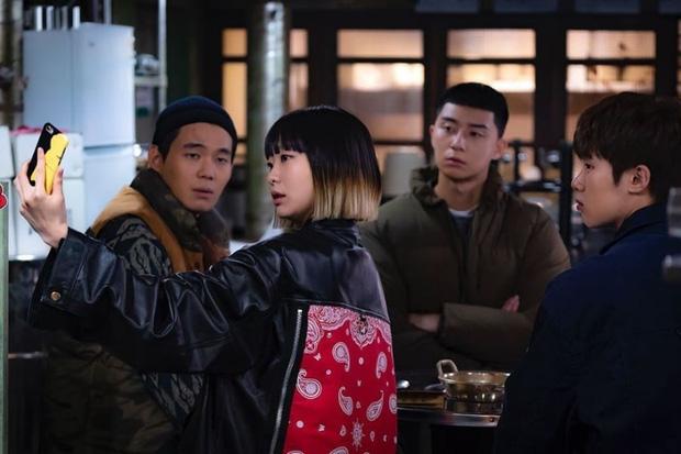 Tầng Lớp Itaewon tung loạt ảnh nhá hàng tập 5: Điên nữ IQ 162 dốc sức cải thiện quán nghèo của anh đầu gấu Park Seo Joon - Hình 1