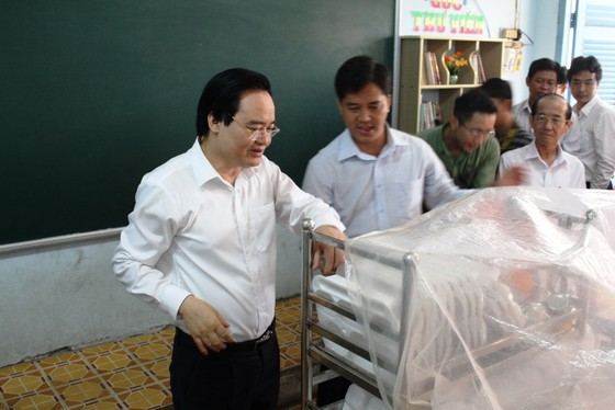 Bộ trưởng Phùng Xuân Nhạ kiểm tra công tác phòng chống dịch ở Đồng Tháp - Hình 1