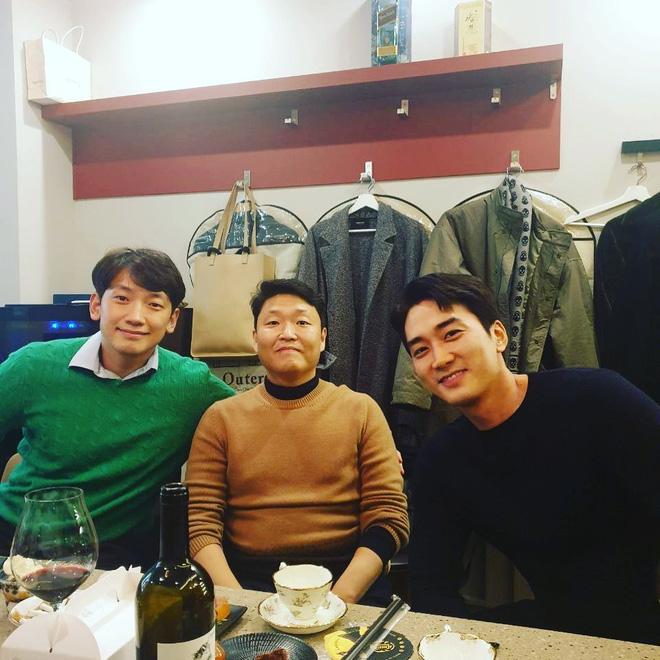 Bức ảnh quyền lực nhất ngày: Psy chung 1 khung hình với Bi Rain và tài tử Song Seung Hun, phản ứng của netizen gây bất ngờ - Hình 1