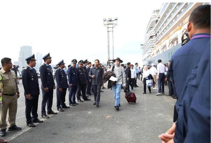 Du khách tàu MS Westerdam xuống cảng Cambodia trở về nước - Hình 1