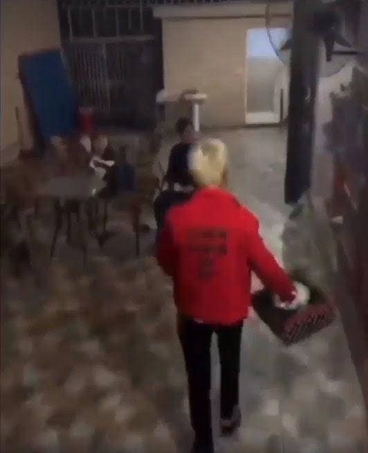 Thêm một thanh niên áo đỏ cay đắng phát hiện bạn thân đang ôm người yêu trong karaoke ngày Valentine - Hình 1