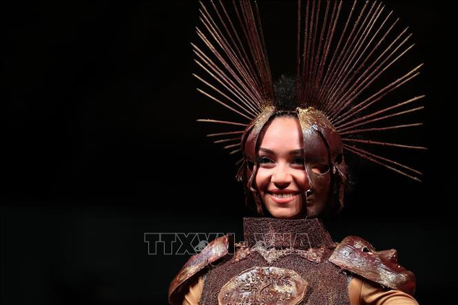 Trình diễn thời trang làm từ Chocolate - Hình 1