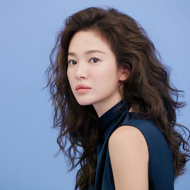 Trời ơi Song Hye Kyo khoe loạt ảnh với mái tóc xù mới toanh, visual thăng cấp 100 lần đỉnh quá rồi! - Hình 1