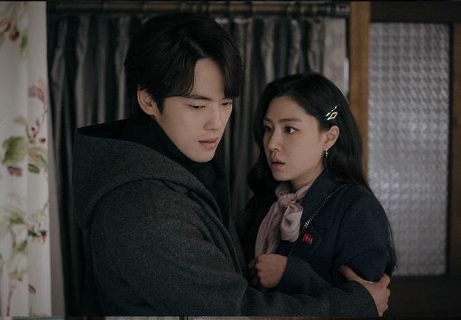 Ảnh nhá hàng tập 15 Crash Landing on You khó hiểu: Seo Ji Hye bỏ trốn cùng thánh lừa đảo ngay mái nhà tranh của Hyun Bin? - Hình 2