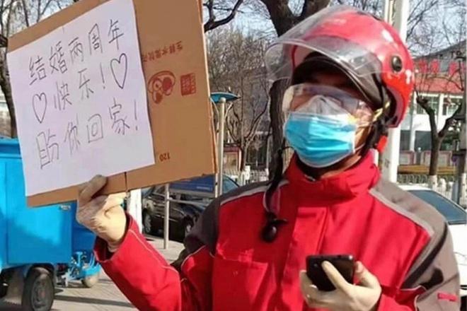 Shipper gửi lời nhắn bằng bìa carton cho vợ đang chống dịch corona - Hình 1